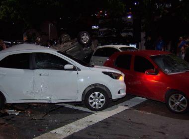 Em fuga, suspeitos de assalto capotam carro e atingem outros 5 veículos em Salvador