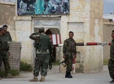 Talibãs matam mais de 100 pessoas em ataque a base militar no Afeganistão
