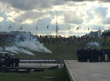 Polícia entra em confronto com índios durante protesto em Brasília; veja imagens