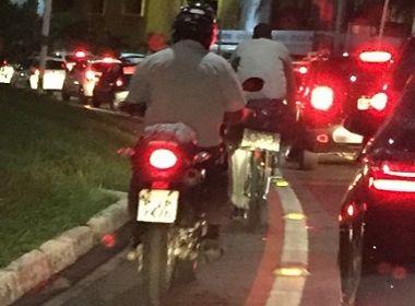 Motorista denuncia invasão de motociclistas em ciclovia; infração é 'gravíssima'