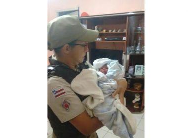 Recém-nascida é resgatada pela polícia com cordão umbilical em Jacobina