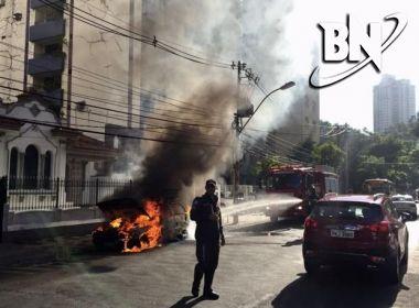 Carro tem perda total depois de pegar fogo na entrada do Garcia na tarde desta segunda