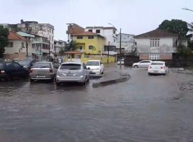 Manhã de chuvas causa alagamentos em Salvador