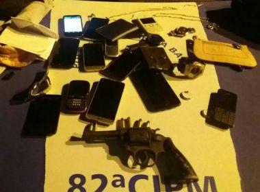 PM surpreende dupla após assalto a coletivo e recupera 12 celulares roubados