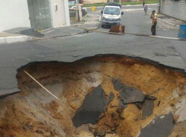 Asfalto cede e abre cratera em Patamares; Transalvador bloqueia tráfego no trecho