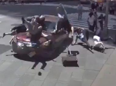 Vídeo mostra momento em que carro atropela multidão em Nova York; assista