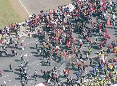Manifestantes fazem protesto contra Temer em frente ao Congresso Nacional