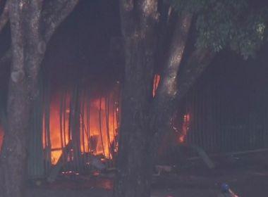 Manifestantes ateiam fogo na sede do Ministério da Agricultura, em Brasília