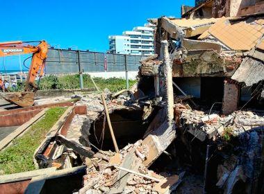 Por risco de desabamento, prédio começa a ser demolido no Jardim Armação