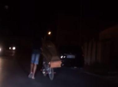 Homem desenterra corpo do irmão e passeia com caixão de bicicleta; veja vídeo