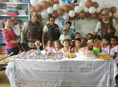 Menino de quatro anos realiza sonho com aniversário temático da Polícia Militar