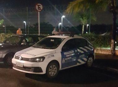 Carro da Transalvador é flagrado parado perto de placa proibindo estacionamento