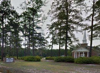 Mulher se diz 'perseguida por Jesus' e tenta invadir nua igreja nos EUA