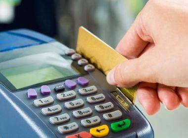 Bancos cortam cartões de crédito de clientes de classes sociais com baixa renda