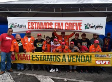 Em quarto dia de greve, petroleiros protestam em frente à Refinaria Landulpho Alves