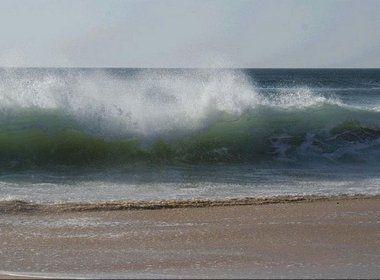 Marinha emite alerta de vento forte com ondas de três metros em litoral da Bahia