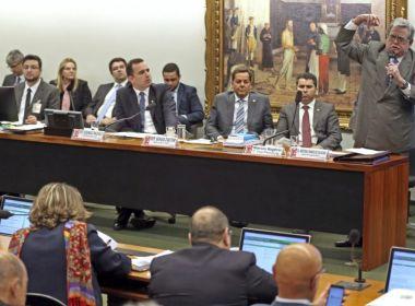 Deputados do PMDB protocolam parecer alternativo que rejeita denúncia contra Temer