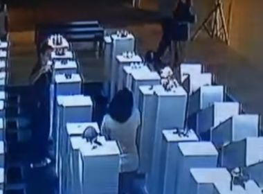 Mulher tenta fazer selfie e derruba 12 esculturas; prejuízo foi de US$ 200 mil