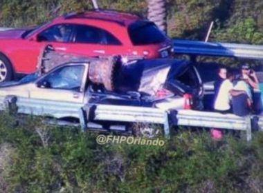 Motorista sobrevive após um pedaço de sucata cair sobre seu carro nos EUA