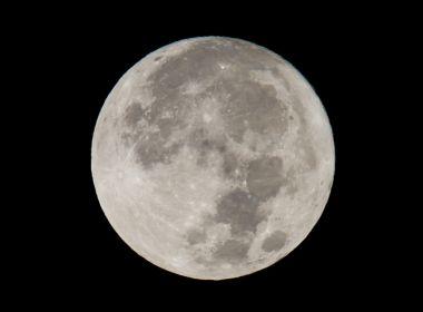 Pesquisa indica presença de grande quantidade de água no interior da lua