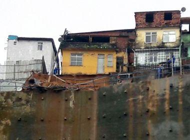 Deslizamento de terra deixa poste inclinado sobre casa na Avenida San Martin