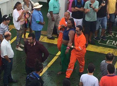 Passageira cai no mar e é resgatada por tripulação de ferry-boat durante travessia; veja