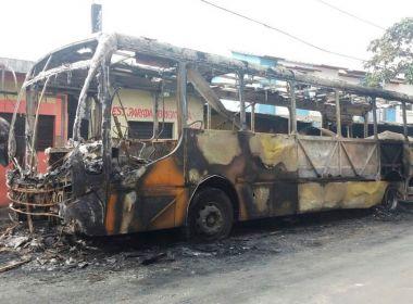 Ônibus de vereador é incendiado no fim de linha do bairro de Mussurunga