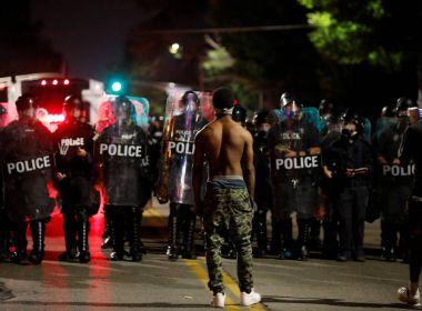 Absolvição de policial em morte de jovem negro gera protestos nos EUA