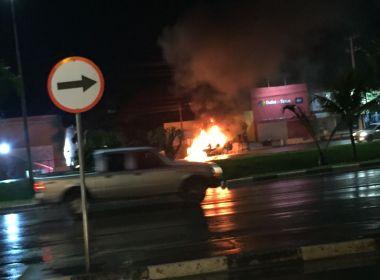 Veículo pega fogo em Lauro de Freitas; Bombeiros estão no local