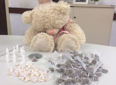 Polícia Civil prende mulher por esconder drogas dentro de urso de pelúcia
