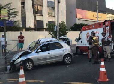 Batida entre dois carros na Pituba deixa três feridos