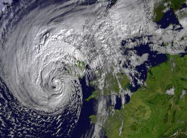 Tempestade Ofélia mata uma pessoa e deixa 120 mil imóveis sem energia elétrica na Irlanda