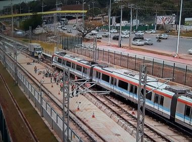 Passageiros do metrô relatam atraso no sistema causado por composição quebrada