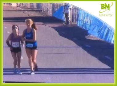 Destaque em Esportes: Atleta perde consciência no final de maratona e rival a carrega