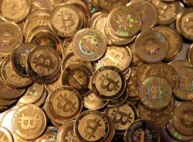 Após sinal de recuperação, bitcoin volta a cair neste domingo; recuo alcança 13%