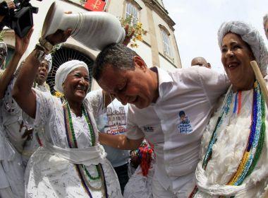 Governador Rui Costa toma banho de cheiro ao fim da caminhada no Bonfim