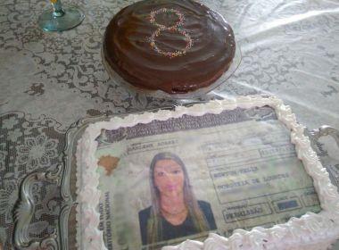 Após 8 reprovações, mulher comemora habilitação com 'bolo de CNH'