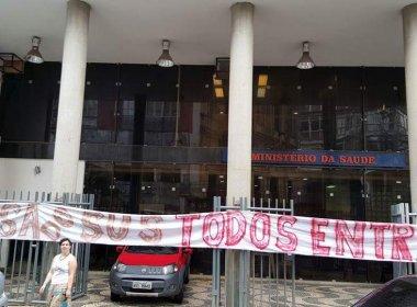 Manifestantes ocupam Ministério da Saúde, na Praça da Sé, contra medidas do governo Temer