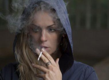 Estudo aponta que quem para de fumar também diminui consumo de álcool
