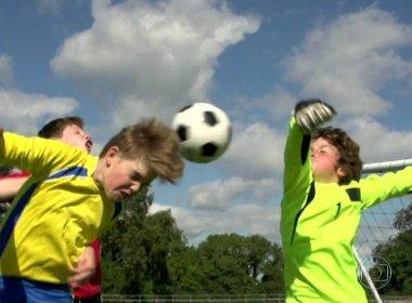 Cabecear bolas no futebol pode levar à demência precoce