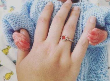 Mulher dá à luz com 5 meses de gestação e comove internautas com últimos dias do filho