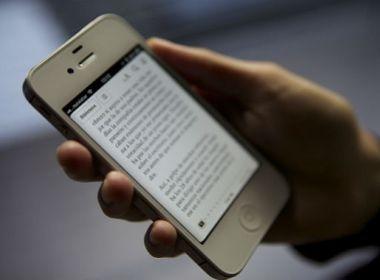 Uso excessivo de celular para leitura pode causar rugas e flacidez no pescoço