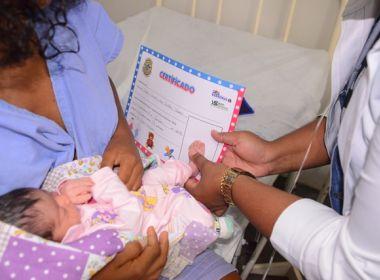 Hospital da Mulher presenteia mães com certificado de nascimento dos bebês