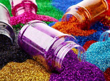 Glitter e cílios de LED podem causar problemas nos olhos; foliões devem ter cuidados