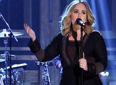 Pela segunda vez, Adele ajuda fã a pedir namorado em casamento durante seu show