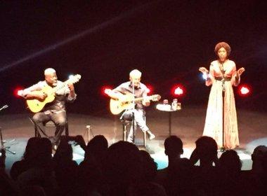 Caetano Veloso reclama de gritaria em show na Concha Acústica