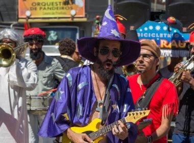 Bicicletrio presta homenagem a Raul Seixas no Carnaval de Salvador