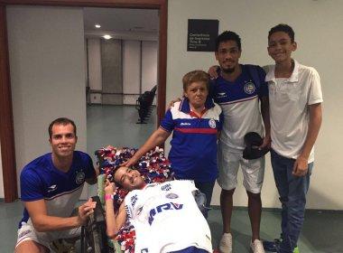 Torcedor com paralisia cerebral recebe camisa de Marcelo Lomba e Hernane