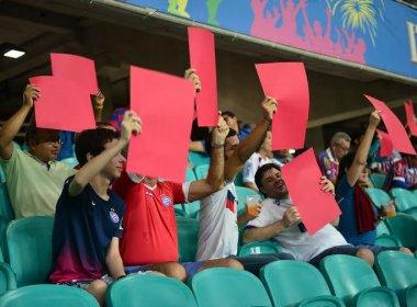 Com cartões vermelhos, torcida do Bahia protesta contra a arbitragem na Fonte Nova