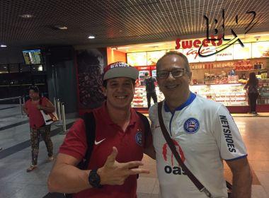 Torcedores acompanham chegada dos jogadores do Bahia em Recife